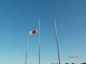 雨上がりの空にたなびく半旗\