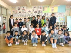 9班 幼稚園生の先生との交流\