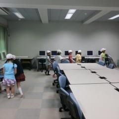 お兄さんお姉さんになった2年生が,新1年生の手を引いて学校探検。パソコン室にも来てくれました!\
