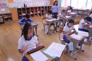 4年生がそろばんの授業を行いました。\\\\
