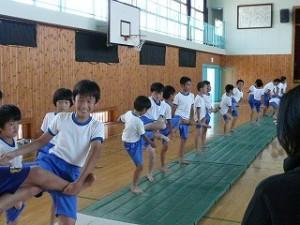 4年生以上による組体操練習\
