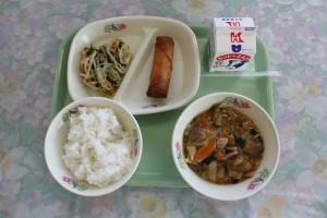 今日の給食は野菜たっぷり中華丼でした。給食の時間は毎日、給食委員会が「ワンポイント栄養」を放送でよみあげてくれます。今日は「野菜は、体の調子を整えてくれます。好き嫌いせずに食べましょう」とのよびかけがありました。\
