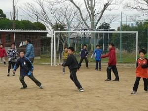 元気にサッカーをやっています。\