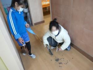 児童運営委員会の企画で、「一番掃除を頑張ったお友達」と「一番きれいに掃除されている教室」は賞状がもらえます。みんな一生懸命そうじを頑張っています。\
