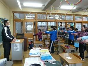 6年生の教室では、卒業式の準備が進められています。\