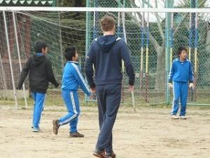 休み時間に一緒にサッカーをやりました。\