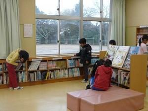 朝の奉仕作業は、図書室の整理を行いました。(3・4年生)\