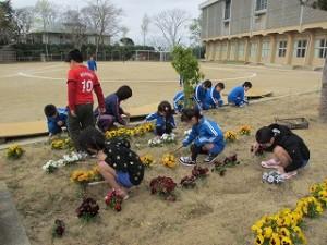奉仕活動 3・4年生:花壇の草抜き作業