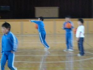 昼休みの体育館で遊ぶ子ども達