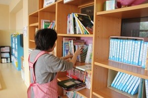図書室の電子化:10月まで整備をして頂く先生が来てくれました。\