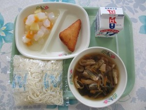 ソフト麺、はんぺんチーズフライとナタデココいりフルーツ\