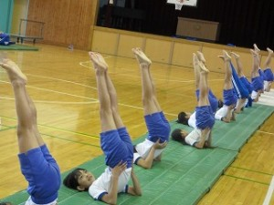 4・5・6年生の組体操です。足のつまさきも伸びてきました。\
