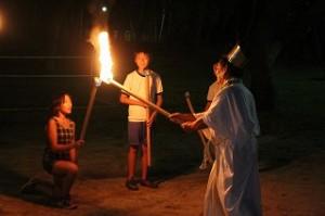 火の神から神聖な火をもらっています。\