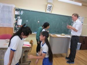 5年生の英語の授業風景です。\