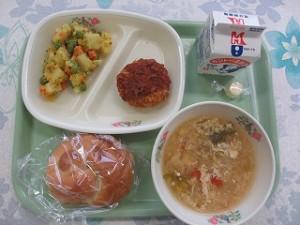 ソースメンチカツとカレーミックスポテト、トマトとレタスのスープ\