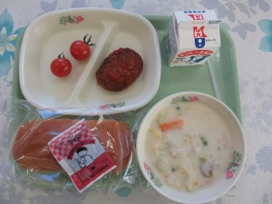 ハンバーグのトマトソースとコーンシチュー、ミルクパン