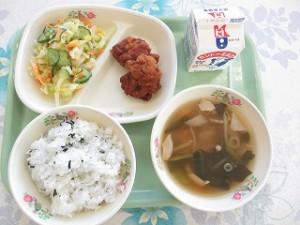 わかめご飯と唐揚げ・ワンタンスープ\