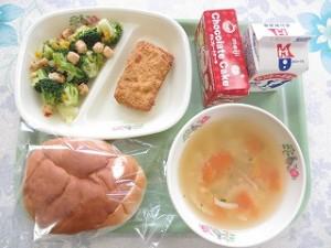フィレオチキンとクリスマスサラダ・たまごスープ\