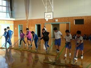 朝の奉仕活動(3・4年生)体育館の床みがき