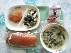 ミルクパンとハートのコロッケ、卵スープ、シーフードサラダ