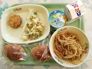 バターロールとスパゲティソース、つくねフリッター、カリフラワーサラダ、\