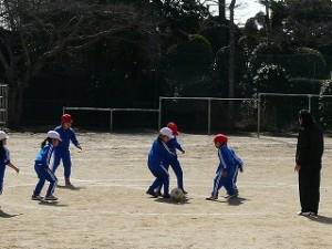 1年生も(ボール遊び)サッカーをやりました。\