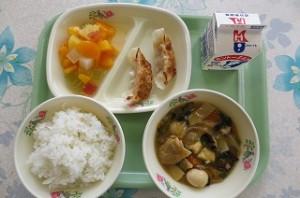 中華丼とエビ餃子、カクテルフルーツ\