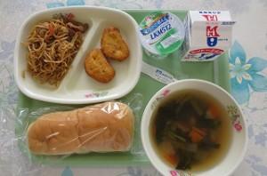 焼きそばパンととうふナゲット、野菜スープ\