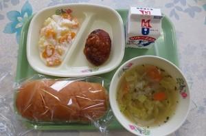 ミルクパンとハンバーグ、ヨーグルト和え、野菜スープ\