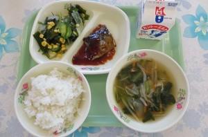 サバのみそ煮と海藻サラダ、小松菜のスープ\
