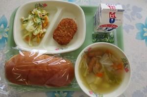 ミルクパンとコロッケ、コールスローサラダ、ポトフ