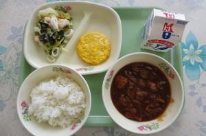ハヤシライスとチーズオムレツ、シーフードサラダ