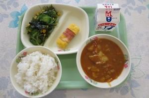 カレーライスとベーコンエッグ、海藻サラダ