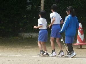 今6年生のあいだでムカデ走がはやっています。\