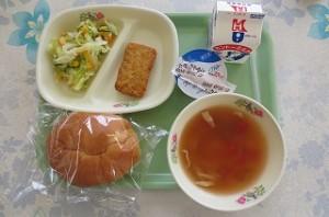 フィレオチキンとコールスローサラダ、マカロニのトマトスープ\