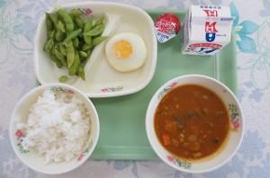 夏野菜カレーと目玉焼き、枝豆、ミニゼリー