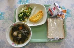 食パンとピーナッツクリーム、トマトオムレツ、ブロッコリーサラダ、小松菜のスープ\