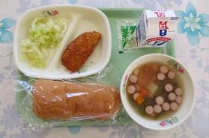 コッペパンと白身魚フライ、ボイルキャベツ、ポパイスープ\