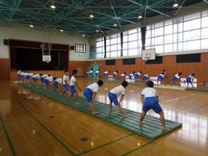 高学年の組体操の練習風景