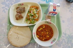 ピタパンとグリルチキン、ボイル野菜、チリコンカン