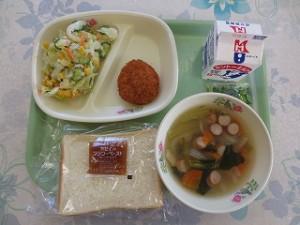 食パンとハムカツ、コールスローサラダ、野菜スープ\