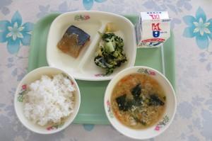 サバのみそ煮と白菜と小松菜のおひたし、かき玉汁\