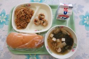 焼きそばパンと揚げシュウマイ、中華風スープ\