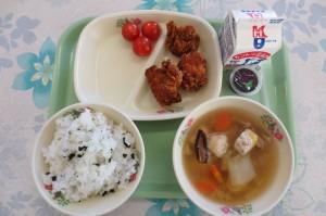 わかめご飯と唐揚げ、プチトマト、エビ団子スープ、ミニゼリー
