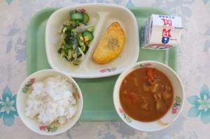 カレーライスとトマトオムレツ、海藻サラダ