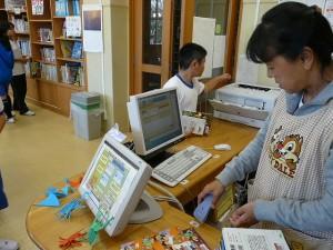 今日の図書室は本の貸し借りが多くにぎやかでした。\