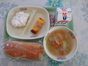 コッペパンとベーコンエッグ、フルーツクリーム、ポトフ