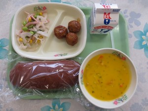 ココアパンと野菜入り肉団子、レンコンサラダ、パンプキンシチュー