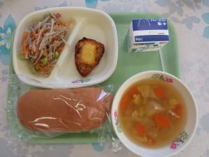 コッペパンとチーズチキン、ごぼうサラダ、洋風かき玉汁\