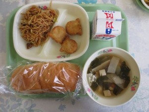 焼きそばパン、たこナゲット、中華風スープ\